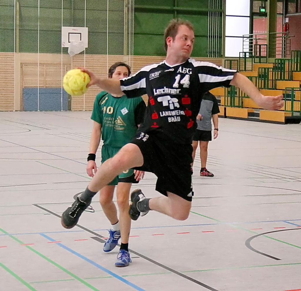 """Jürgen """"Hugo"""" Brehm als aktiver Spieler beim Sprungwurf"""